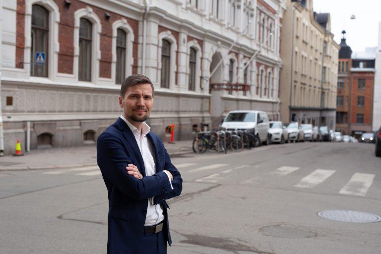 Managing Partner Niilo Mustonen Blicin toimiston edessä.