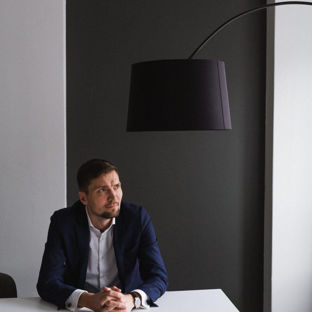 Managing Partner Niilo Mustonen istuu Blicin toimistossa.
